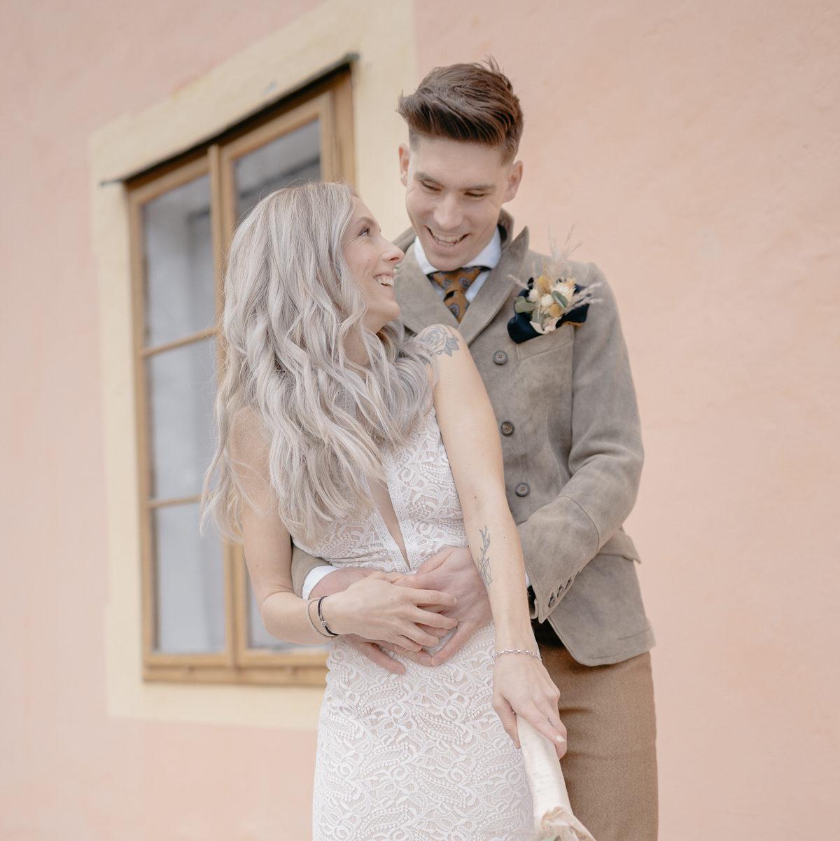 lachendes Brautpaar, glückliches Brautpaar, Elopement, Bohohochzeit, Vintagehochzeit